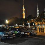 Rallyeautos in Istanbul vor der Moschee